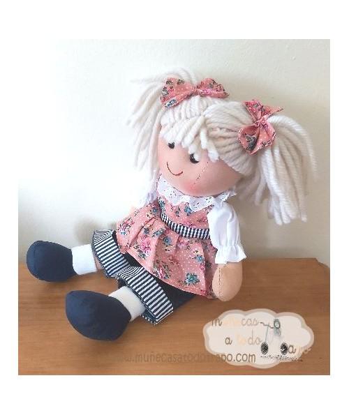 Muñeca de trapo negra en tela lila hecha a mano y bolso de hierbas.